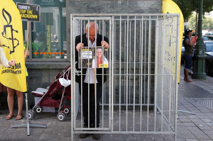 Amnesty International a organisé des actions de soutien à ses membres lundi10 juillet. Ici, devant l'ambassade turque à Bruxelles.