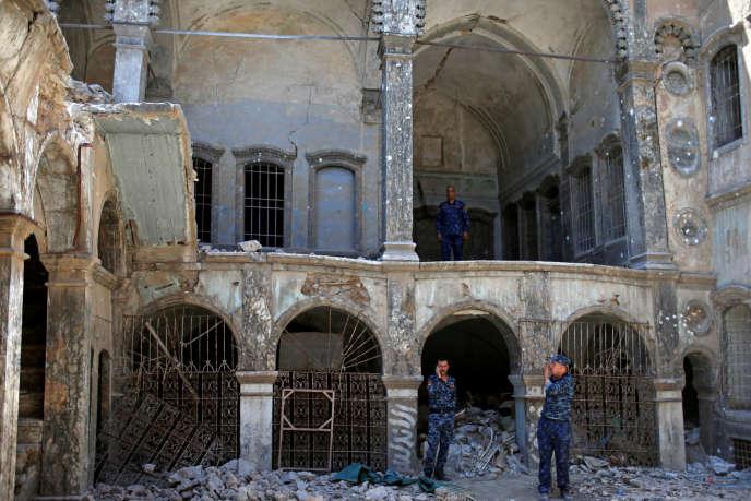 Des membres de la police fédérale irakienne, dans les ruines d'une église de la vieille ville de Mossoul, le 28 juin.