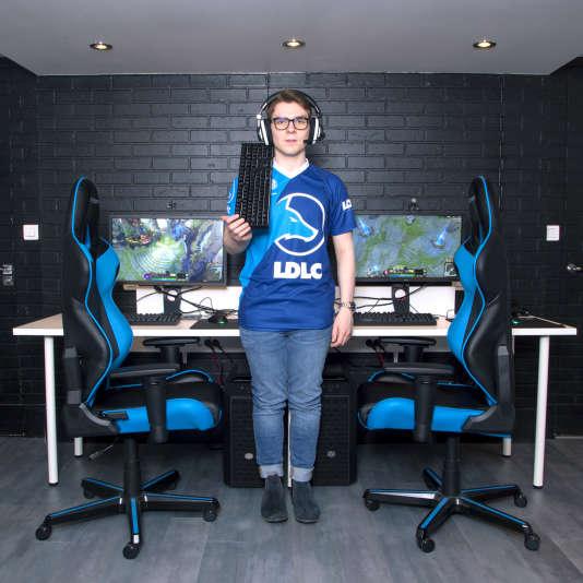 Jérémy Valdenaire, alias Eika, dans la « gaming house» deVillemomble (Seine-Saint-Denis), le 25 mai.