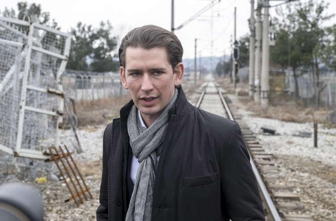 Sebastian Kurz, ici à la frontière gréco-macédonienne, en février, a adopté des positions fermes sur l'immigration.