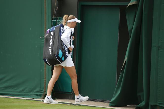 Caroline Wozniacki quitte le court après sa défaitre face à Coco Vandeweghe.