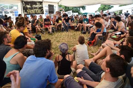Débat lors du rassemblement des opposants au projet d'aéroport de Notre-Dame-des-Landes, le 8 juillet.