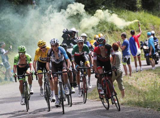 Le maillot jaune Christopher Froome devra, pour la prochaine édition, se méfier de Romain Bardet (troisième en partant de la gauche), Nairo Quintana (quatrième en partant de la gauche) ou Fabio Aru (deuxième en partant de la droite.(AP Photo/Christophe Ena)