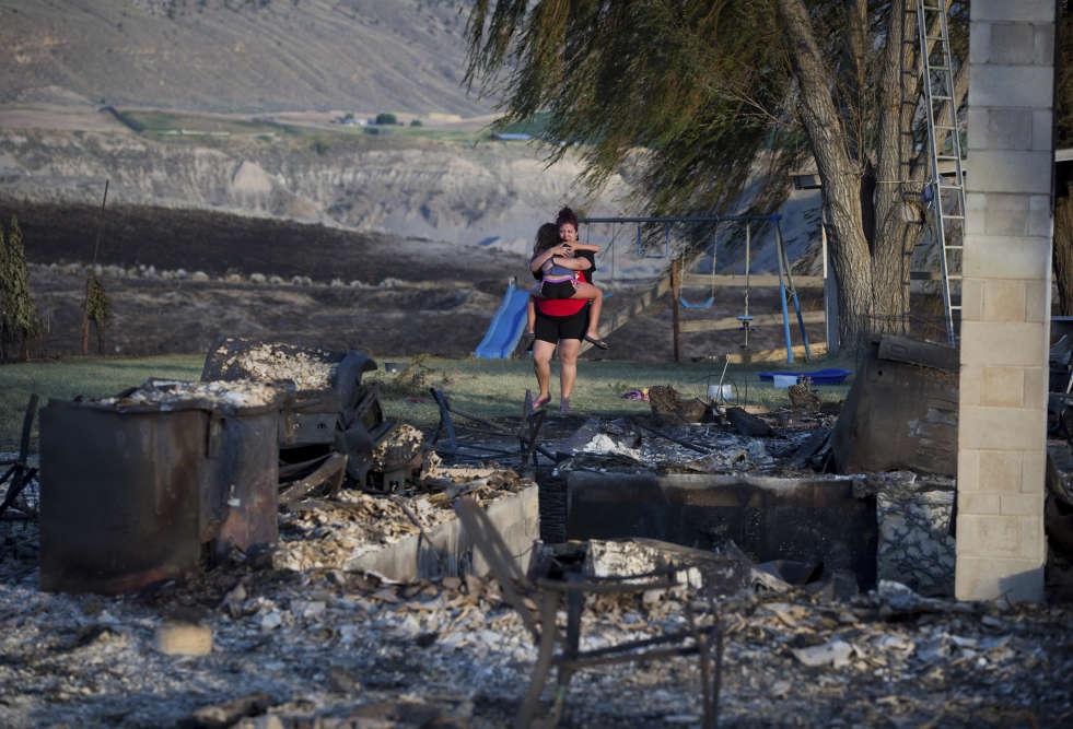 Des milliers de pompiers tentaient lundi 10 juillet d'éteindre plusieurs dizaines de feux de forêt.