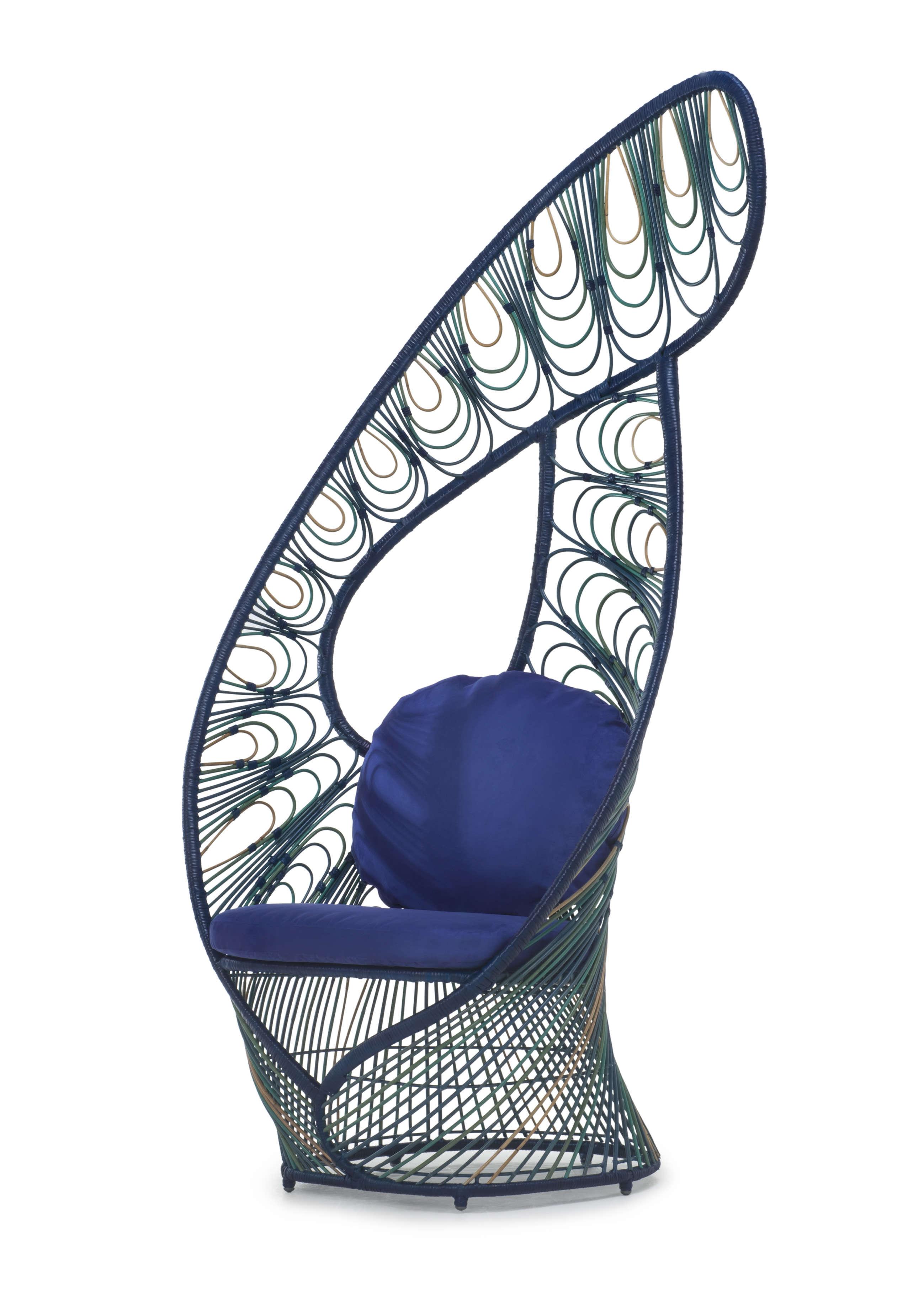 Ce fauteuil enveloppant Peacock a l'allure et les couleurs du paon, selon le Philippin Kenneth Cobonpue.