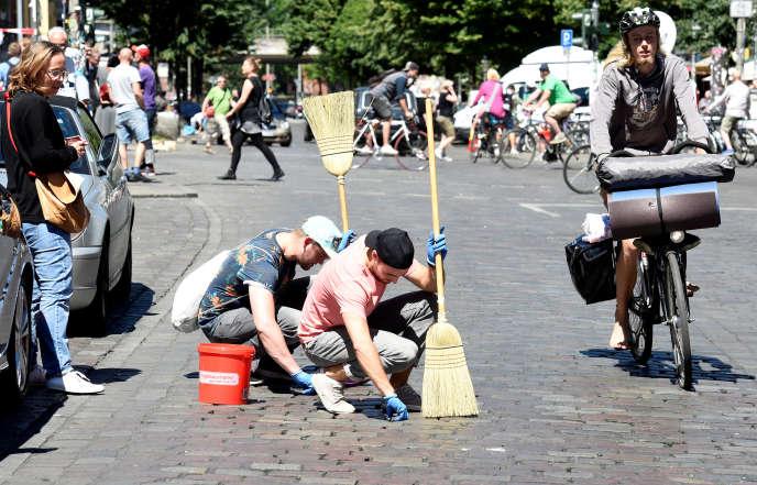 En début d'après-midi le 9 juillet, l'ambiance avait complètement changé dans le quartier Schanzeviertel, à Hambourg, les manifestants ayant laissé la place aux citoyens, descendus dans la rue pour nettoyer leur ville.