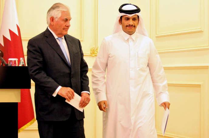 Le ministre des affaires étrangères qatari, Mohammed Ben Abdulrahman Al-Thani, et le secrétaire d'Etat américain, Rex Tillerson, le 11 juillet à Doha.