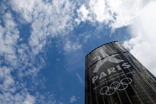 Le logo de la candidature de Paris pour les Jeux Olympiques et Paralympiques de 2024 affiché sur la tour Montparnasse, à Paris, le 11 juillet 2017.