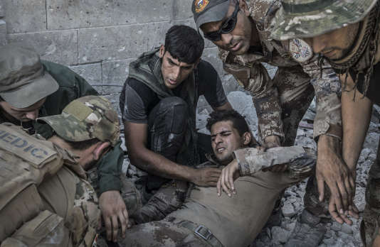 Un soldat des forces spéciales irakiennes blessé par un tir de sniper, à Mossoul (Irak), le 10 juillet.