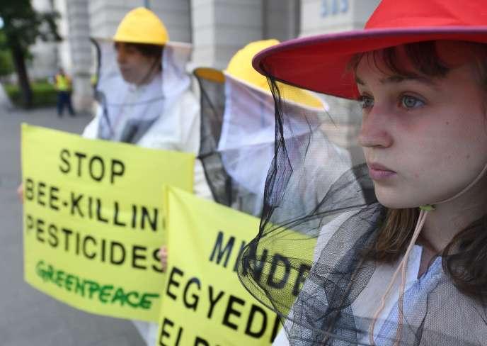 «Le conventionnel chimique productiviste est une agriculture dominatrice, prédatrice » (Membres de Geenpeace manifestant contre les pesticides tueurs d'abeilles à Budapest, Hongrie, le 11 juillet).