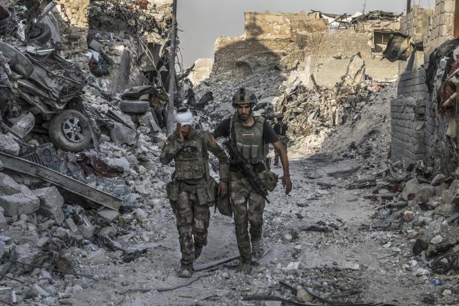 Des soldats des forces spéciales irakiennes continuent à combattre après une bataille de près de neuf mois, à Mossoul (Irak), le 10 juillet.