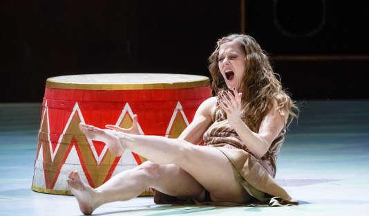 Barbara Hannigan interprète la Lulu d'Alban Berg, en février, à Hambourg.