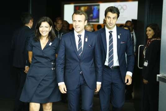 Emmanuel Macron, le président français, entouré d'Anne Hidalgo ( à gauche) et de Tonny Estanguet ( à droite), à Lausanne, le 11 juillet. REUTERS/Pierre Albouy