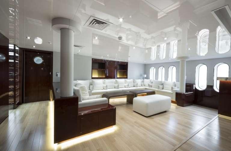 Les salons luxueux de l'«Enigma XK», le yacht de deux hommes d'affaires proches du président congolais Joseph Kabila.