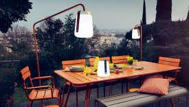 Le lampadaire Baladde Tristan Lohner et le salon Luxembourg, de Fermob.