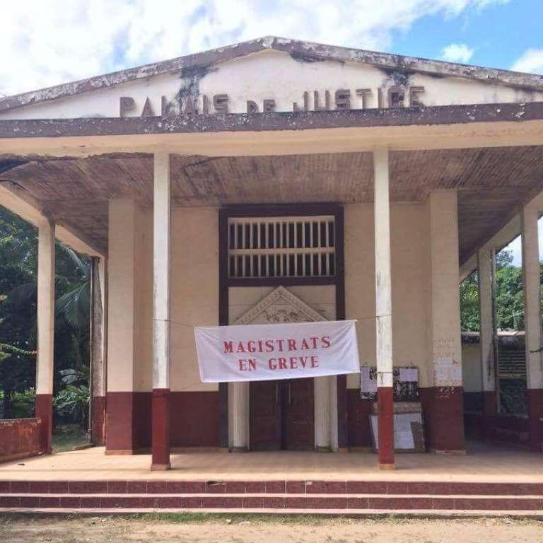 Le Syndicat des magistrats de Madagascar (SMM) a débuté une grève de huit jours le 11 juillet 2017.