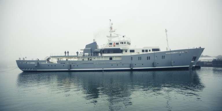 L'«Enigma XK» après sa rénovation en 2014 par un chantier naval de La Rochelle, pour 25 millions d'euros. Un yacht d'une puissance moteur exceptionnelle due à son origine militaire.