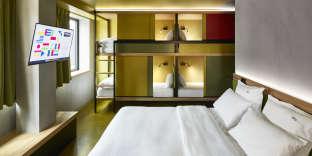 Lits doubleset lits superposés cachés derrière des parois coulissantes permettentde loger jusqu'à six personnes dans une chambre.