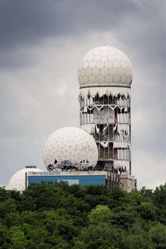 Située à l'ouest de Berlin,la station d'écoutede Teufelsberga ouvert en1963 pourcapter les ondes électromagnétiques venues de RDA et d'URSS.