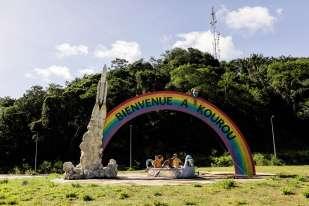 À l'entrée de la ville de Kourou, ce décor accueille les visiteurs en partance pour les îles du Salutou pour un week-end de canoë sur le fleuve Kourou. Il rappelle aussi la présence du Centre spatial guyanais, où se déroulent des missions de l'Agence spatiale européenne.