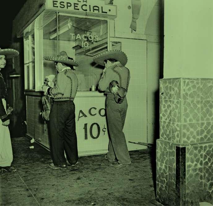 Tijuana, en 1949. Au Mexique, les tacos se dégustent à toute heure du jour et de la nuit.