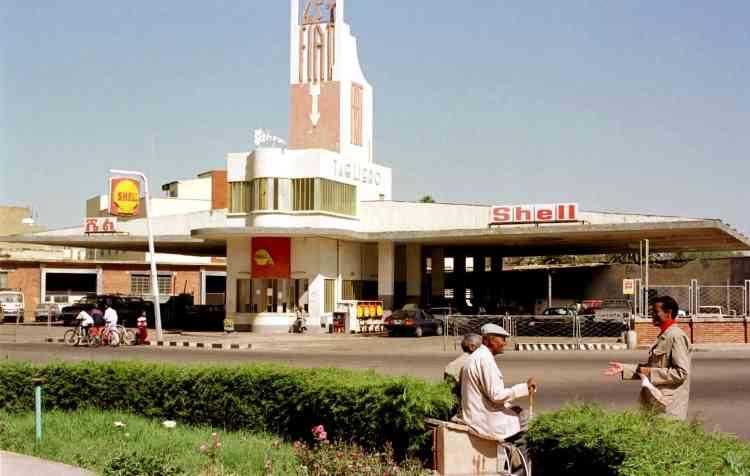 Le garage Fiat, de style art déco, à Asmara, en 1999. La capitale de l'Erythrée s'est développée à partir des années 1890 comme un avant-poste militaire pour la puissance coloniale italienne. A partir de 1935, la ville connut un programme de construction de grande échelle appliquant le style rationaliste italien de l'époque aux édifices gouvernementaux, aux bâtiments résidentiels et commerciaux, aux églises, mosquées, synagogues, cinémas, hôtels, etc.