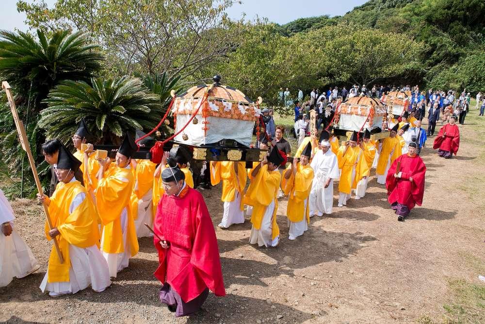 Une procession sur l'île sacrée d'Okinoshima lors du festival Miare. L'île a été ajoutée le 9 juillet à la liste du patrimoine mondial de l'humanité. Les sites archéologiques qui ont été préservés sont pratiquement intacts et offrent une représentation chronologique de la manière dont les rituels pratiqués sur l'île ont évolué du IVe au IXe siècle.