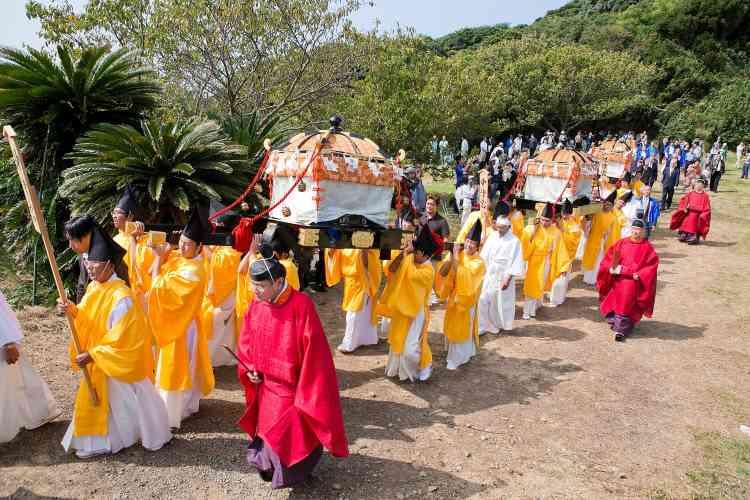 Une procession sur l'île sacrée d'Okinoshima lors du festival Miare. L'île a été ajoutée le 9 juillet à la liste du patrimoine mondial de l'humanité. Les sites archéologiques qui ont été préservés sont pratiquement intacts et offrent une représentation chronologique de la manière dont les rituels pratiqués sur l'île ont évolué du IVe au IXesiècle.