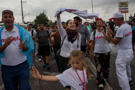 Des participants de la Marche pour la justice, entre les villes d'Izmit et Derince, le 4 juillet.