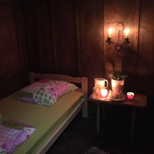 On dort dans l'ancien chalet en bois, dans deux petits lits une place, sans eau ni électricité, simplement éclairé à la bougie.