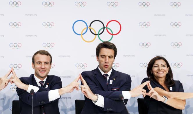 De gauche à droite : Emmanuel Macron, président français, Tony Estanguet, co-président de la candidature française et Anne Hidalgo maire de Paris, à Lausanne, le 11, 2017 (Valentin Flauraud/Keystone via AP)