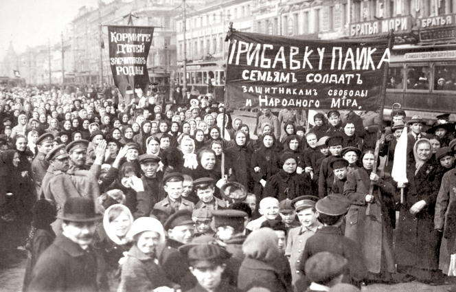 Le 23 février 1917, à Petrograd, aujourd'hui Saint-Pétersboug, capitale de l'empire russe. Ouvrières, soldats, bourgeois manifestent au coude à coude contre l'insuffisance du ravitaillement et pour la défense de la liberté.