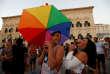 Des Maltais fêtent l'adoption de la loi sur le mariage homosexuel.