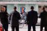 La presse attend à l'extérieur du siège du parti Les Républicains la fin du bureau politique qui s'y déroule, à Paris, le 11 juillet.