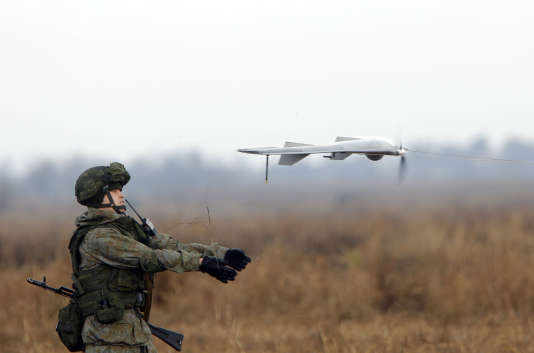 Un soldat russe lance un drone lors d'un exercice militaire russe, biélorusse et serbe intitulé «La Fraternité slave», près de Belgrade, le 7 novembre 2016.