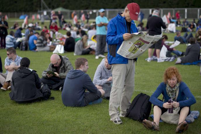 Des spectateurs en quête de billets dans« The Queue».