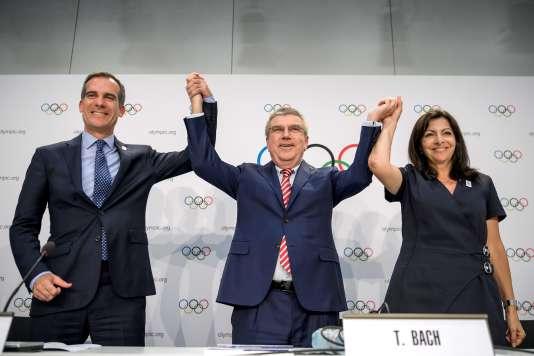 Le maire de Los Angeles, Eric Garcetti, le président du CIO Thomas Bach et Anne Hidalgo célèbrent le vote de la double attribution des Jeux 2024 et 2028, mercredi 12juillet.