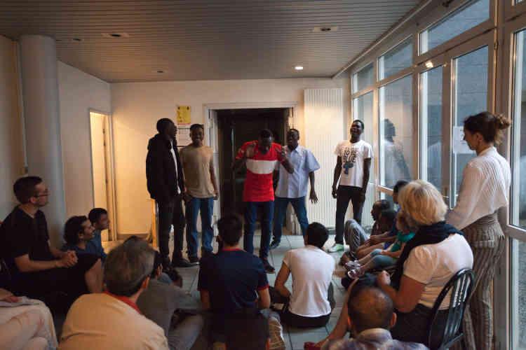 Des membres du Soudan Célestins Music jouent une adaptation du «Petit Prince» le 27 juin 2017 dans le hall du Foyer Adoma de Vichy, devant les résidents du foyer et des bénévoles.