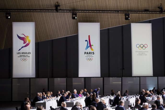 Bannières des candidatures de Los Angeles, Paris et du Comité international olympique, à Lausanne, le 11 juillet.