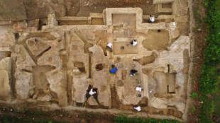 Vue aérienne (prise par un drone) du chantier de fouilles d'une vaste demeure aristocratique à Auch (Gers). Les archéologues de l'Institut de recherches archéologiques préventives ont mis au jour sept pièces dont certaines décorées de mosaïques au sol.