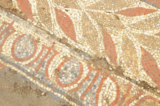 Détail d'une des mosaïques découvertes dans la fouille d'une maison romaine à Auch, avec une frise de feuilles de laurier et une frise alternant oves et tridents.