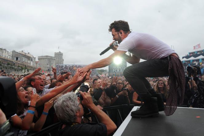 Le chanteur français, Claudio Capéo, au festival des Francofolies de La Rochelle, le 12 juillet 2017.