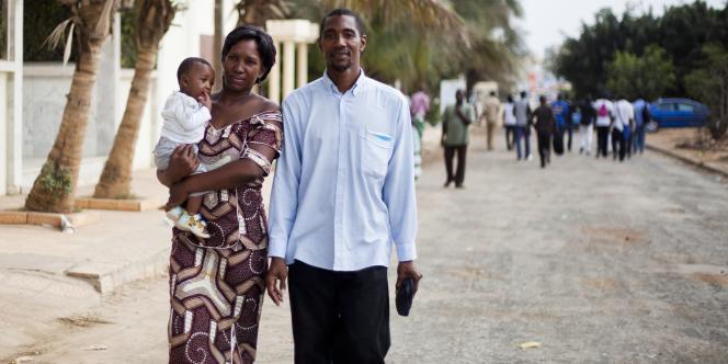 Antoinette Sow, son mari Julien et leur fils à Dakar, au Sénégal.