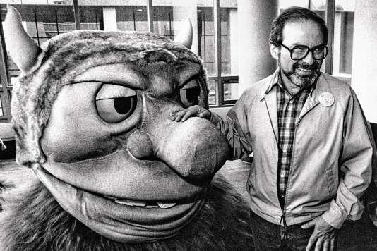 L'auteur Maurice Sendak, en 1985, avec l'une de ses créatures.