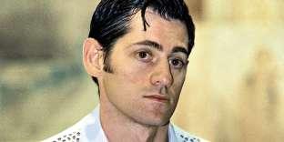 Comme il est jeune. Comme il est beau. Comme il est rêveur, aussi. À 30ans, Olivier Py a encore l'âge de monter des pièces de théâtre de 24heures (La Servante) et de faire une grève de la faim de 28 jours afin d'inciter l'ONU à intervenir en Bosnie. Pire, il a encore l'âge de graisser ses cheveux au Pento, de porter un gilet blanc à imprimé camarguais et de faire tomber le col non doublé de sa chemise bleu ciel par dessus ce dernier. C'est beau, la jeunesse ! Mais vivement que ça passe, quand même…