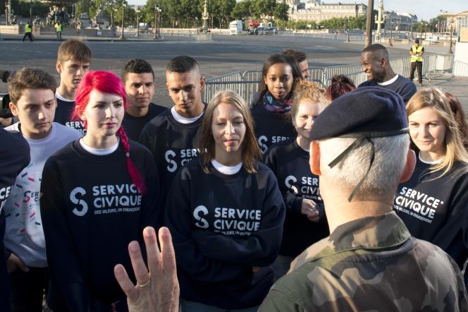 Le 14 juillet 2015, des volontaires du service civique participent au défilé sur les Champs-Elysées à Paris.