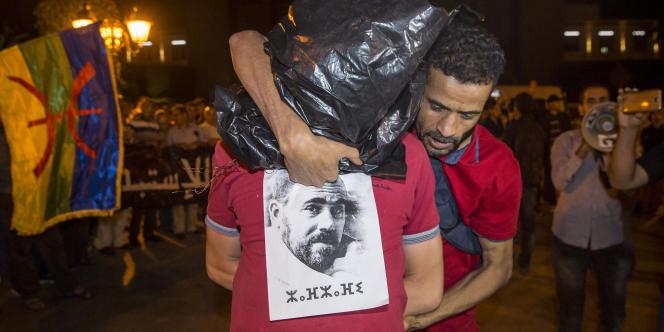 A Rabat, le 4 juin 2017, des manifestants dénoncent la répression policière contre le Hirak, mouvement de contestation pacifique qui agite le nord du Maroc depuis plusieurs mois, avec une affichette à l'effigie de Nasser Zefzafi, le leader arrêté en mai.
