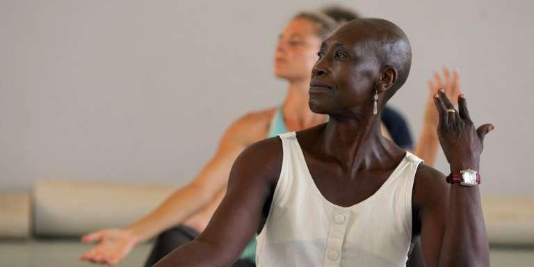 Germaine Acogny pratique et enseigne la danse contemporaine africaine dans son Ecole des Sables, à Toubab Dialo, ici en mai 2017.