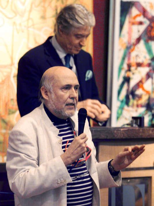 L'artiste plasticien Fred Forest en 2000 à l'Hôtel Drouot à Paris, lors de la mise en vente en première mondiale d'un site Internet commeœuvre d'art à part entière.