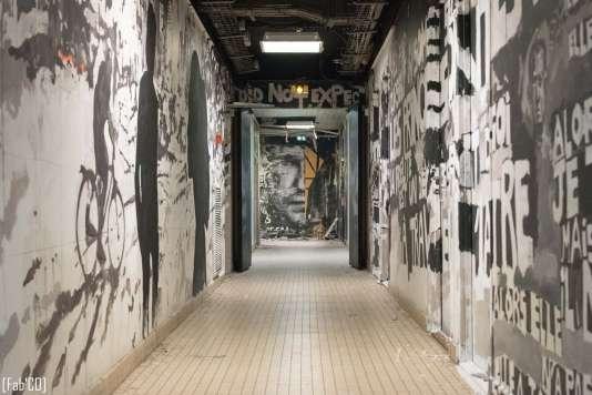 Un couloir de la résidence étudiante réalisé par Charlélie Couture et Joachim Romain.
